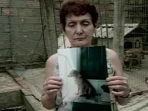 Aposentada Leila dos Santos teve um dos cachorros envenenados por estricnina (Foto: Reprodução/RBS TV)