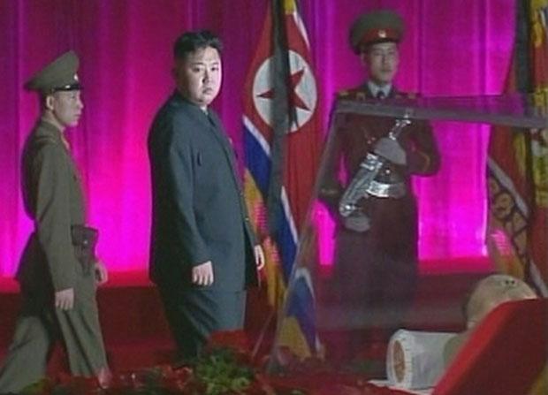 Kim Jong-un observa o corpo do pai durante cerimônia na terça-feira (20) (Foto: Reuters)