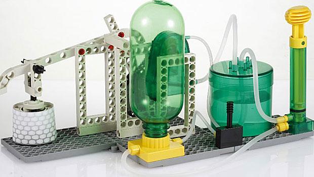Brinquedo que simula a perfuração do solo em busca de petróleo. (Foto: Divulgação)