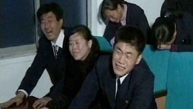 Imagens de norte-coreanos aos prantos são divulgadas pela TV do país (Foto: BBC)