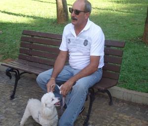 Francisco Pichu aproveita a tarde sempre com os óculos de sol em Sorocaba, Sp  (Foto: Adriane Souza/G1)