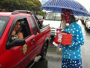 Além da roupa vermelha, Noel dos semáforos de Brasília usa também um modelo azul de bolinhas (Foto: Káthia  Mello/G1)