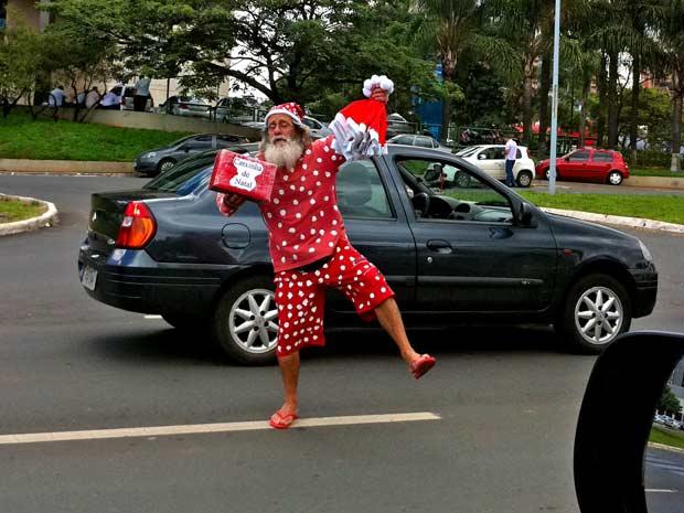 Diogenes Alonso de Souza, que vende gorros vestido de Papai Noel em semáforos de Brasília (Foto: Káthia  Mello/G1)
