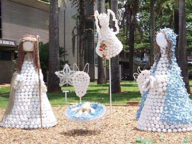 enfeites de natal para jardim passo a passo : enfeites de natal para jardim passo a passo:Decoração de Natal é feita com recicláveis em Lençóis Paulista