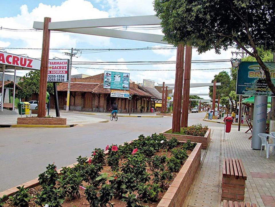 Rua Pilad Rebuá, a principal da cidade, recebeu paisagismo