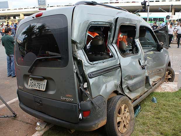 Veículo atingido por ônibus na saída da rodoviária do Plano Piloto, em Brasília, nesta quarta-feira (21) (Foto: Vianey Bentes/TV Globo)