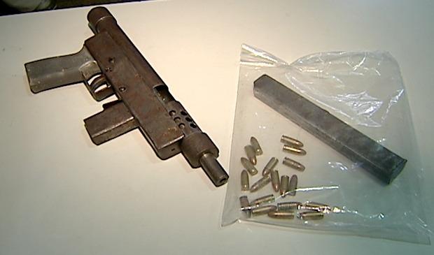 Além da arma a menina de 16 anos estava com munição e um carregador. (Foto: Reprodução/TV Gazeta)