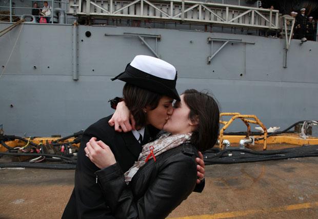 As oficiais Marissa Gaeta e Citlalic Snell se beijam na base naval de Virginia Beach, na Virginia (Foto: AP/Brian J. Clark/The Virginian-Pilot)