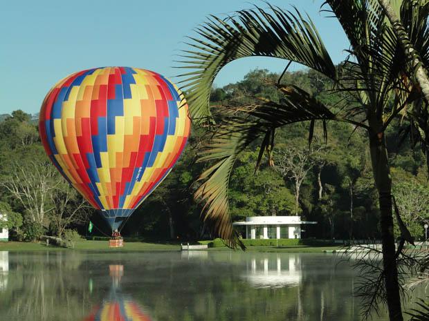 Prática de balonismo sobre o Parque das Águas, principal ponto turístico de São Lourenço. (Foto: Luiz Cláudio Maciel/Divulgação)