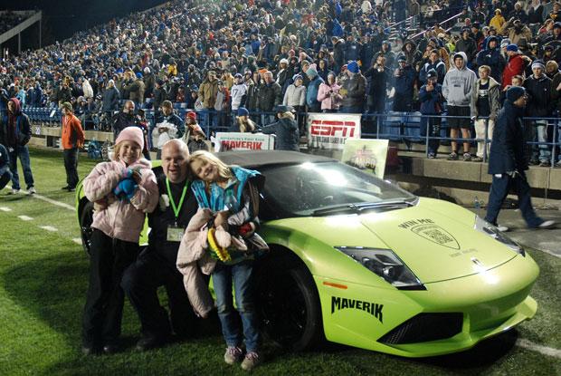 Davi Dopp posa com a família após receber a Lamborghini como prêmio (Foto: AP/Kyle Buhler/Maverik)