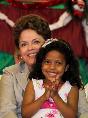 Dilma com criança no colo durante evento com catadores de rua (Foto: Roberto Stuckert Filho / Presidência)