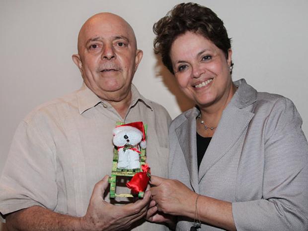 A presidente Dilma Rousseff se encontrou com o ex-presidente Luiz Inácio Lula da Silva em São aulo nesta quinta-feira (22). Dilma, que antes foi à festa de Natal de catadores de recicláveis, levou um presente dos catadores a Lula. Encontro foi no Hotel Un (Foto: Ricardo Stuckert / Instituto Lula)