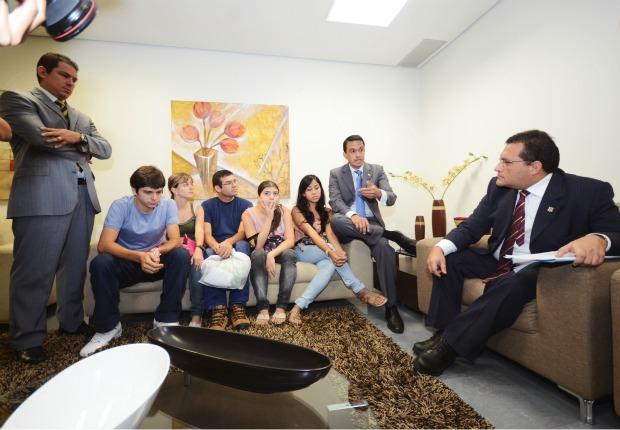 Estudantes se reuniram com o presidente da Comissão de Educação da Aleam  (Foto: Divulgação/Valdo Leão)