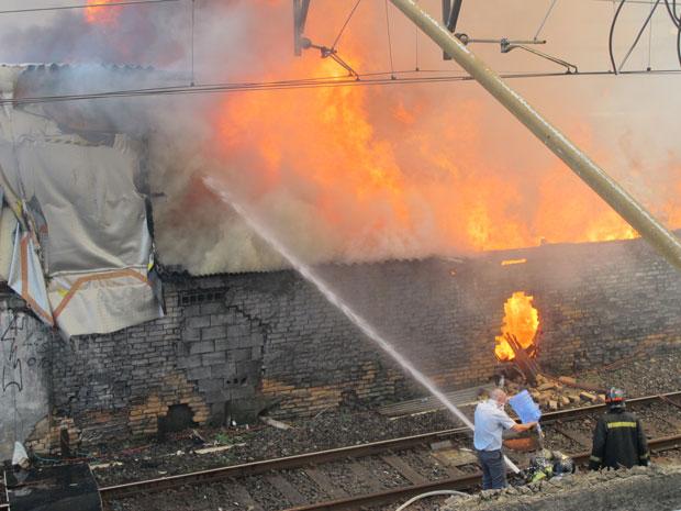 Bombeiros tentam controlar incêndio (Foto: Renato Jankitas/G1)