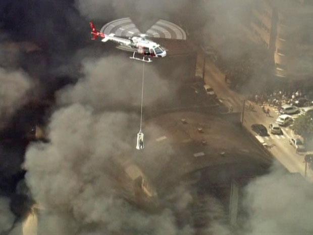 Pessoas são resgatadas de prédio incêndiado (Foto: Reprodução/TV Globo)