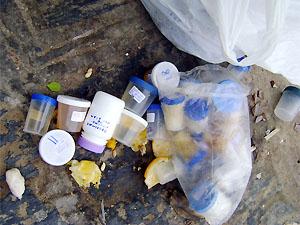 Material de análise laboratorial foi encontrado no meio da rua em Campina Grande (PB) (Foto: Andréia Brito)