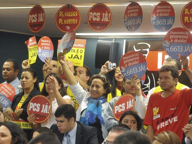 Protesto por aumento durante discussão do Orçamento da União (Foto: Antônio Cruz / Agência Brasil)