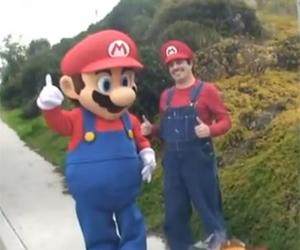 Gustavo Valdez ao lado do Mário da Nintendo (Foto: Reprodução)
