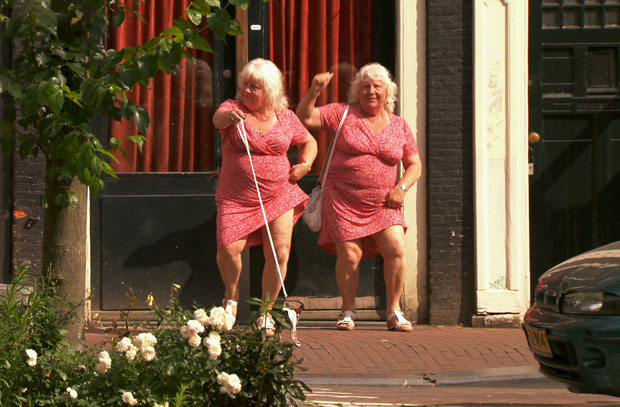Louise e Martine Fokkens trabalham no distrito da luz vermelha, em Amsterdã (Foto: Divulgação/'Meet the Fokkens'/Submarine Productions)