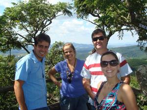Produtor Helcio Júnior (à esquerda) guia Paula Senra (à direita) e visitantes na Fazenda Sertão, em Carmo de Minas. Grupo foi conhecer a cadeia produtiva e degustar o café especial. (Foto: Paula Senra/Arquivo Pessoal)