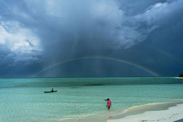 A foto 'Na zona verde', vencedora da categoria Lugares, foi tirada por George Tapan. Ela mostra um arco-íris sobre o mar das ilhas Onuc, nas Filipinas (Foto: George Tapan/National Geographic Photography Contest)