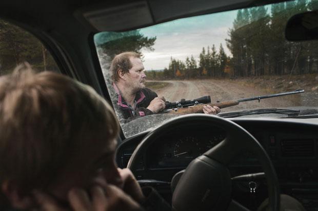 A família Fjellman, que mora em Arjeplog, no norte da Suécia, se prepara para caçar renas. No início de cada outono, eles matam um par destes animais para ter comida durante os meses mais frios do inverno. A foto foi vencedora na categoria Pessoas (Foto: Izabelle Nordfjell/National Geographic Photography Contest)