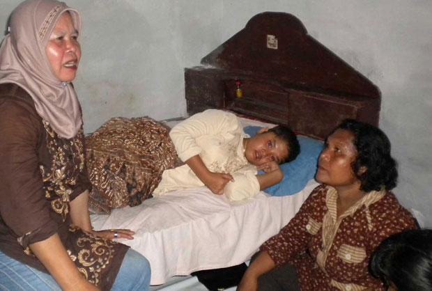 A adolescente descansa ao lado da mãe (dir.) (Foto: AFP)