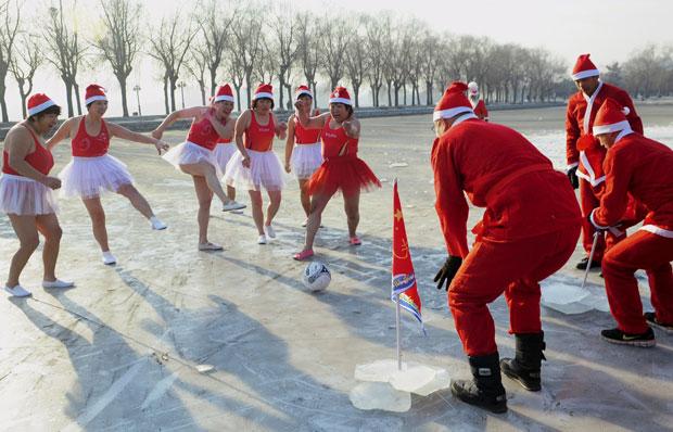 Aquecimento contou com partida de futebol sobre o lago congelado (Foto: Reuters/Stringer)