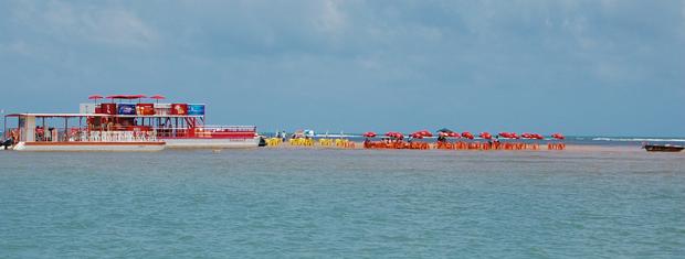 Suspeita-se de que tom avermelhado da areia da ilha seja devido à grande concentração de ferro (Foto: Krystine Carneiro/G1)