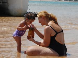 Lara Teodoro aprovou a ilha pois sua filha de 2 anos pode brincar com tranquilidade (Foto: Krystine Carneiro/G1)