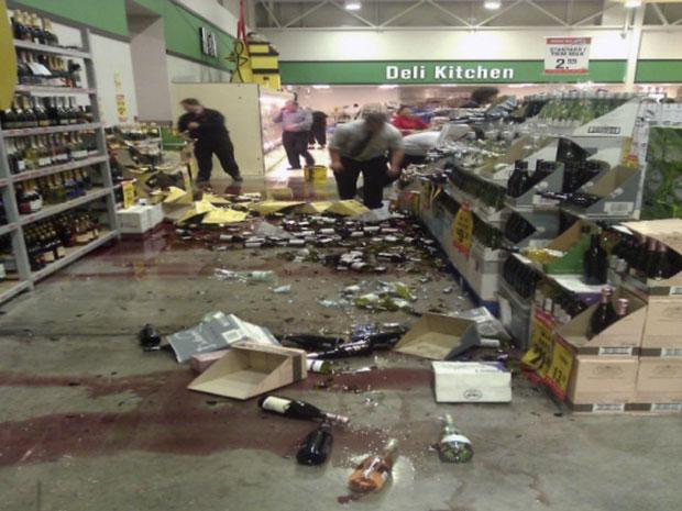 Funcionários limpam supermercado em Christchurch depois de a cidade ser atingida por um terremoto (Foto: Nathan Mercer/Reuters)