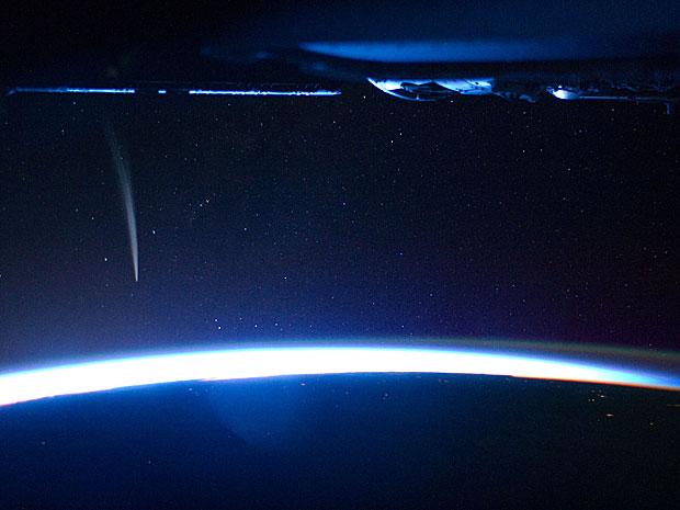 Cometa Lovejoy é visto perto do horizonte da Terra em imagem feita do espaço (Foto: Nasa)