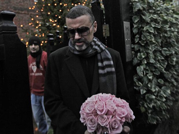 O cantor George Michael é fotografado na porta de sua casa em Londres nesta sexta-feira (23). Ele ficou internado após uma pneumonia por semanas e cancelou o fim da turnê europeia para se tratar (Foto: AP/Lefteris Pitarakis)