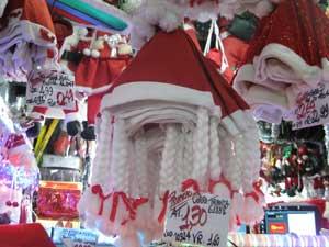 Os gorros com trancinhas são destaque em loja (Foto: Carolina Lauriano / G1)