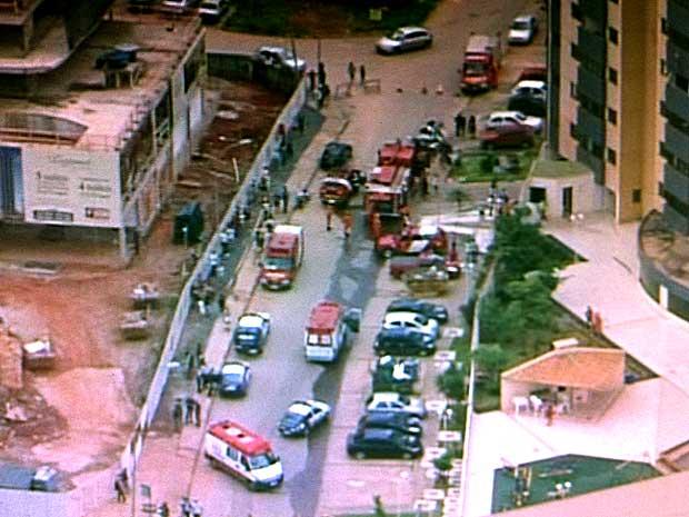 Bombeiros em frente ao prédio em que apartamento pegou fogo após explosão, em Águas Claras, no DF, nesta sexta-feira (23) (Foto: Rede Globo/Reprodução)
