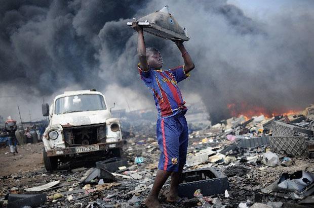 Um concurso da Unicef escolheu como Foto do Ano a imagem de um garoto recolhendo materiais de valor em um lixão tóxico de Gana (oeste da África). O país é um destino frequente de dejetos exportados pela Europa, e crianças locais tentam tirar daí seu sustento, sob o risco de contaminação. (Foto: Kai Loffelbein/Unicef Photo of the Year 2011)