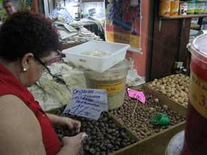 Consumidora compra castanhas portuguesas para a ceia (Foto: Carolina Lauriano / G1)
