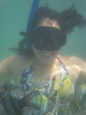 Visitante pode tirar fotos subaquáticas com os peixes (Foto: Bráulio Chacon)