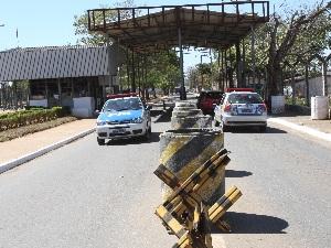 Agente de segurança tentava entrar com arma na Penitenciária Odenir Guimarães (GO) (Foto: Mantovani Fernandes/O Popular)