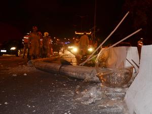 Poste caiu na avenida e algumas faixas ficaram fechadas (Foto: Walter Paparazzo/G1)