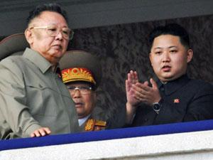 Kim Jong-il e Kim Jong-un, em foto de 2010 (Foto: AFPAP Photo/Kyodo News)