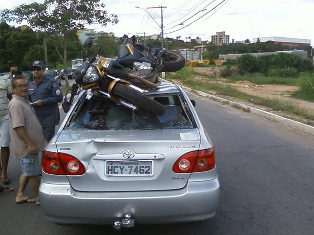 Moto vai parar encima de veículo em Divinópolis (Foto: Glayber Alves Ferreira)