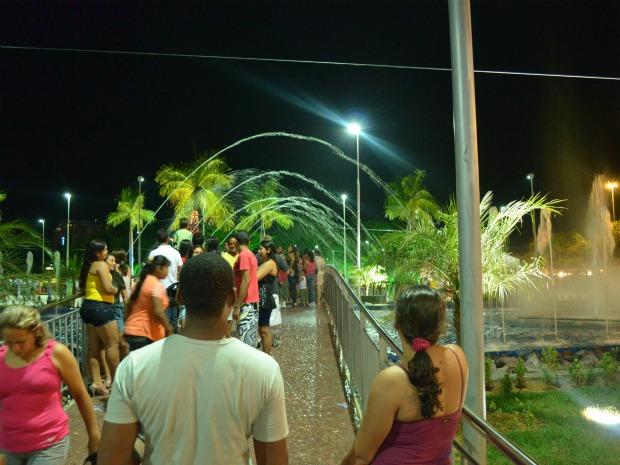 Ponte na praça do chafariz atraiu dezenas de populares (Foto: Marina Souza/G1)