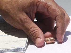 Projétil retirado pela perícia do forro do carro do adriano (Foto: Marcos de Paula/Agencia Estado)