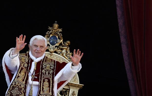 Papa Benedict XVI cumprimenta o público durante a mensagem 'Urbi et Orbi', no Vaticano (Foto: Alessandro Bianchi/Reuters)