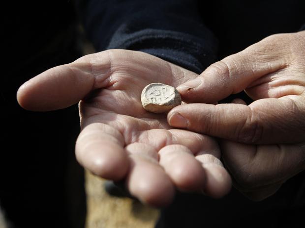 Artefato de argila tem 2 mil anos de idade e traz inscrição: 'puro por Deus'. (Foto: Baz Ratner / Reuters)