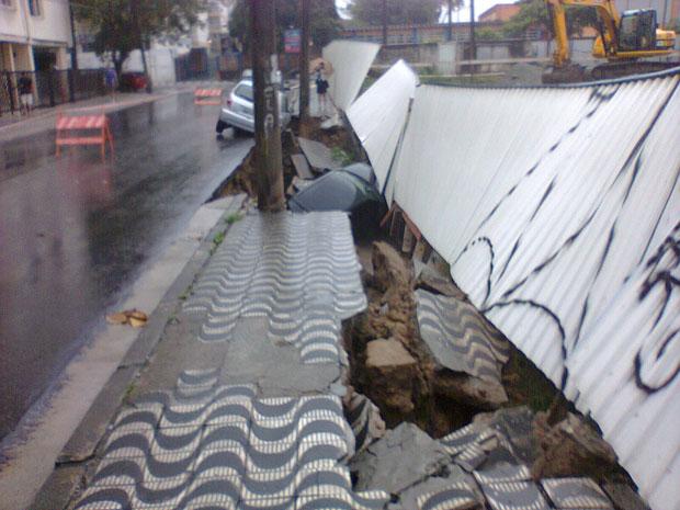 Calçada cedeu e três carros ficaram presos em buraco (Foto: Leonardo Pita Rodrigues/Arquivo Pessoal)
