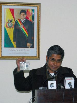 Chavez mostra identidade falsa de Baraldini (Foto: AFP)