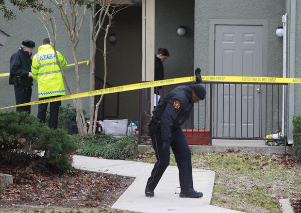 Policiais investigam o local onde foram achados os 7 corpos em Grapevine no subúrbio de Dallas, neste domingo (25) (Foto: AP)