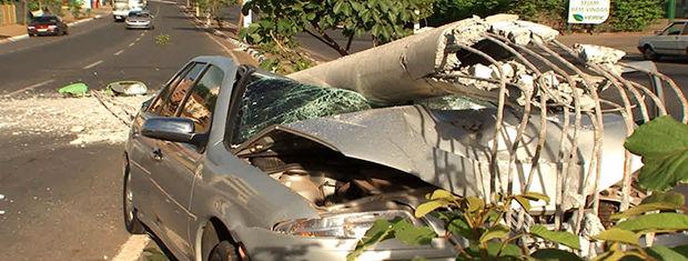 Acidente ocorreu neste domingo, na Avenida Miguel Sutil. (Foto: Reprodução/TVCA)